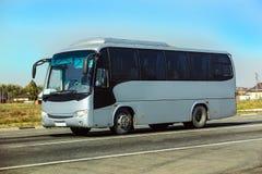 Il bus va sulla strada principale Fotografia Stock