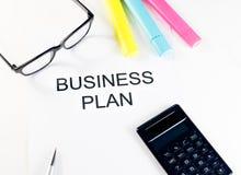 Il business plan esprime vicino agli evidenziatori, al calcolatore ed ai vetri, concetto di affari Fotografie Stock Libere da Diritti