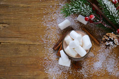 Il cacao caldo dolce con le caramelle gommosa e molle, Natale beve Fotografia Stock Libera da Diritti