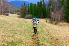 Il cacciatore aumenta in montagne Fotografie Stock