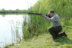 Il cacciatore che mira e ready per il colpo Immagine Stock Libera da Diritti