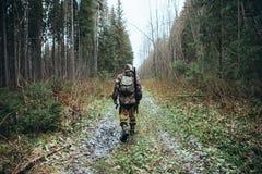 Il cacciatore passa attraverso la foresta immagini stock