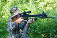 Il cacciatore spara una balestra Fotografie Stock