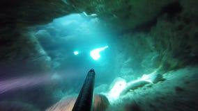 Il cacciatore subacqueo si tuffa nella grotta archivi video