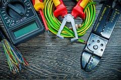 Il cacciavite elettrico del tester dei cavi ha rotolato lo stripp dell'isolamento del cavo fotografie stock