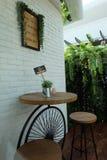 Il CAFFÈ è un piccolo ristorante in cui potete ottenere i pasti e le bevande semplici Fotografie Stock Libere da Diritti