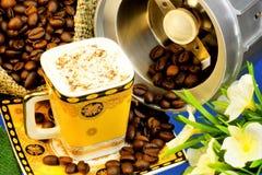 Il caffè è una bevanda fatta dei fagioli dell'albero del caffè arrostito e macinato r immagini stock