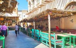 Il caffè all'aperto ombreggiato in Souq Waqif, Doha, Qatar fotografia stock
