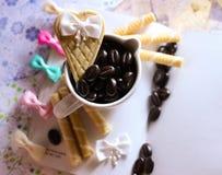 il caffè bevente si rilassa le cialde della tazza di scintillio di tempo fotografia stock libera da diritti