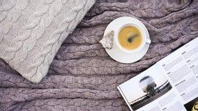 Il caffè bianco della tazza con il biscotto nell'abete della forma ed il telefono bianco fioriscono fotografia stock