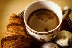 Il caffè, biscotti, un croissant e Natale fiorisce Fotografia Stock Libera da Diritti