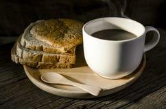 Il caffè caldo di natura morta nella mattina Immagini Stock
