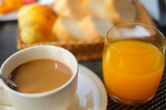 Il caffè con succo d'arancia ed il pane grigliano sulla prima colazione Immagine Stock Libera da Diritti