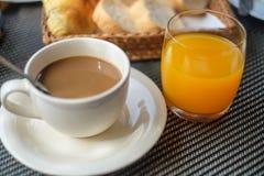 Il caffè con succo d'arancia ed il pane grigliano sulla prima colazione Immagini Stock Libere da Diritti