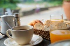Il caffè con succo d'arancia ed il pane grigliano sulla prima colazione Fotografia Stock Libera da Diritti