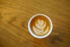 Il caffè con vetro di carta ha fatto l'arte del latte fotografie stock libere da diritti