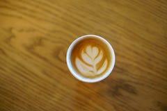 Il caffè con vetro di carta ha fatto l'arte del latte immagini stock libere da diritti