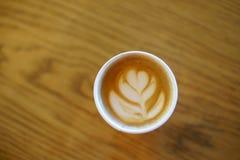 Il caffè con vetro di carta ha fatto l'arte del latte immagine stock libera da diritti