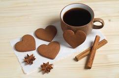 Il caffè, cuore ha modellato i biscotti dello zenzero e la spezia fotografia stock