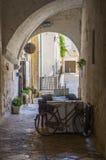Il caffè del terrazzo dell'estate in uno stretto ha incurvato il passaggio di Polignano una giumenta, Italia Immagine Stock Libera da Diritti