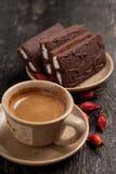 Il caffè ed i dolci abbandonano lo stile semplice del villaggio della composizione con le bacche Fotografia Stock