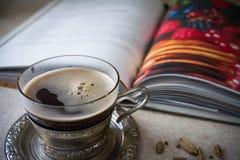 Il caffè ed il libro immagini stock libere da diritti
