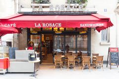 Il caffè francese tradizionale Rosace situato vicino alla cattedrale di Notre Dame a Parigi, Francia immagini stock