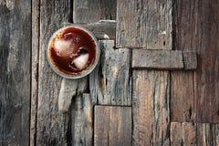 Il caffè ghiacciato e ghiaccia nella forma del cuore sul pavimento di legno Fotografie Stock Libere da Diritti