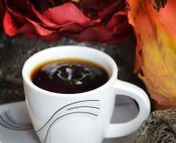 Il caffè nero caldo ha riempito la piccola tazza del briciolo immagini stock