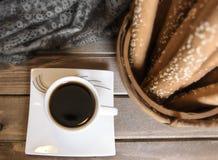Il caffè nero caldo ha riempito la piccola tazza del briciolo fotografie stock