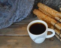 Il caffè nero caldo ha riempito la piccola tazza del briciolo fotografie stock libere da diritti