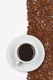 Il caffè in tazza bianca sul piattino ha disposto i fagioli di cofee Immagini Stock Libere da Diritti