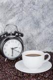 Il caffè in tazza e l'annata cronometrano il concetto di tempo del caffè con la parete Fotografie Stock Libere da Diritti