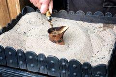 Il caffè turco ha preparato sulla sabbia calda per un gusto e un arom unici immagine stock
