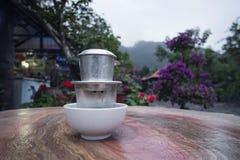 Il caffè vietnamita è preparato secondo il sistema tradizionale del gocciolamento Caffè nero con latte condensato fatto alla viet fotografia stock libera da diritti