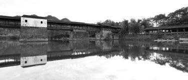 Il caihongqiao cinese di dinastia di canzone ha coperto il ponte in contea wuyuan, immagine in bianco e nero fotografia stock libera da diritti
