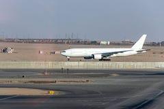 Il Cairo EGITTO - condizione bianca in bianco dell'aeroplano alla posizione di parcheggio all'aeroporto internazionale di Kairo fotografia stock libera da diritti