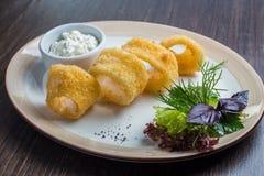 Il calamaro fritto pastella profonda suona i calamari Immagine Stock
