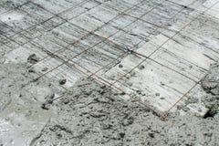 Il calcestruzzo bagnato è versato sul rinforzo dell'acciaio della rete metallica Immagine Stock Libera da Diritti