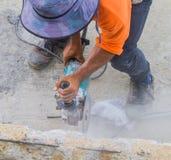 Il calcestruzzo di taglio del lavoratore dell'uomo con circolare ha visto Fotografie Stock Libere da Diritti