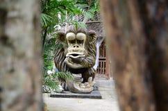 Il calcestruzzo enorme ha scolpito la statua della scimmia in un parco a tema acquatico asiatico della giungla immagini stock libere da diritti