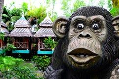 Il calcestruzzo enorme ha scolpito la statua della scimmia in un parco a tema acquatico asiatico della giungla fotografia stock