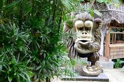 Il calcestruzzo enorme ha scolpito la statua della scimmia in un parco a tema acquatico asiatico della giungla fotografia stock libera da diritti