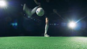 Il calciatore professionista sta facendo intorno al trucco del mondo con il suo piede destro stock footage