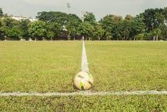 Il calcio è sulla linea bianca nel campo Fotografie Stock Libere da Diritti