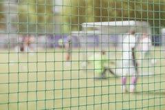 Il calcio, campo di calcio, portone di calcio, vista dalla rete di calcio, ha offuscato lo stadio, passo del campo Addestramento  Fotografie Stock Libere da Diritti