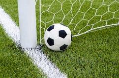 Il calcio di calcio con la rete sul campo di calcio artificiale dell'erba verde Fotografie Stock