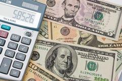 Il calcolatore e dollari US Immagini Stock