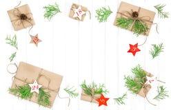 Il calendario di arrivo ha avvolto la disposizione del piano della decorazione di natale dei regali Immagine Stock