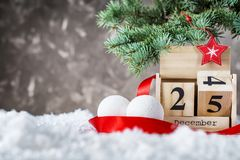 Il calendario di legno ha messo sui 25 di dicembre Immagine Stock Libera da Diritti